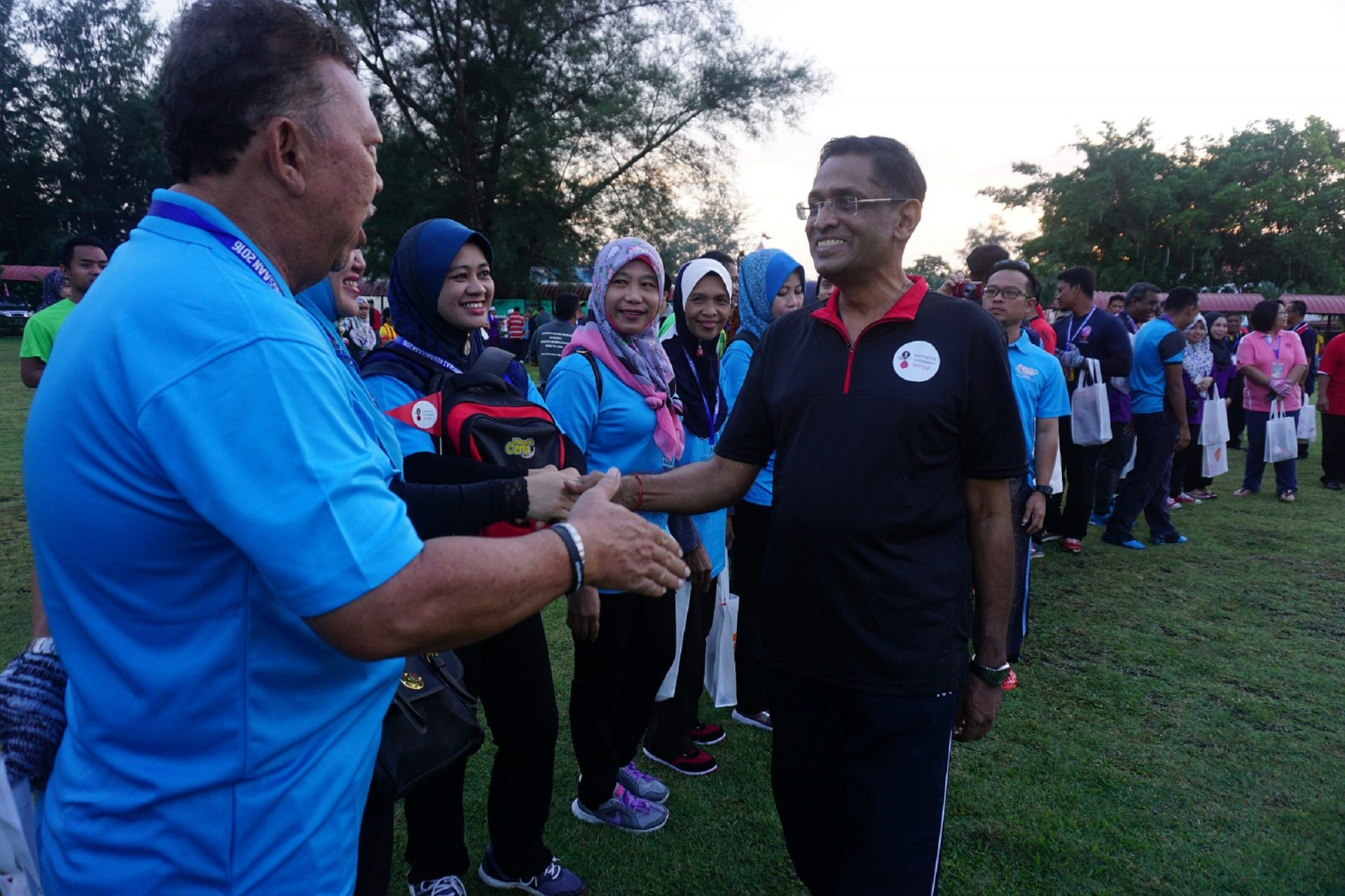 All smiles for Dengue Warriors and volunteers of Allied Against Dengue Walk & Clean campaign as they were greeted by Yang Berhormat Datuk Seri Dr S. Subramaniam, Minister of Health.